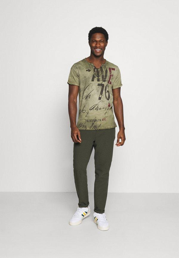Key Largo OUTCOME BUTTON - T-shirt z nadrukiem - military green/ciemnozielony Odzież Męska GGRF