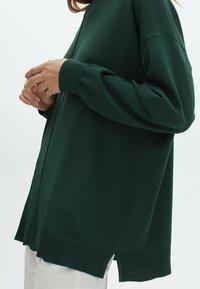 Massimo Dutti - MIT RUNDAUSSCHNITT UND ZIERNAHT IN DER MITTE - Sweatshirt - green - 2