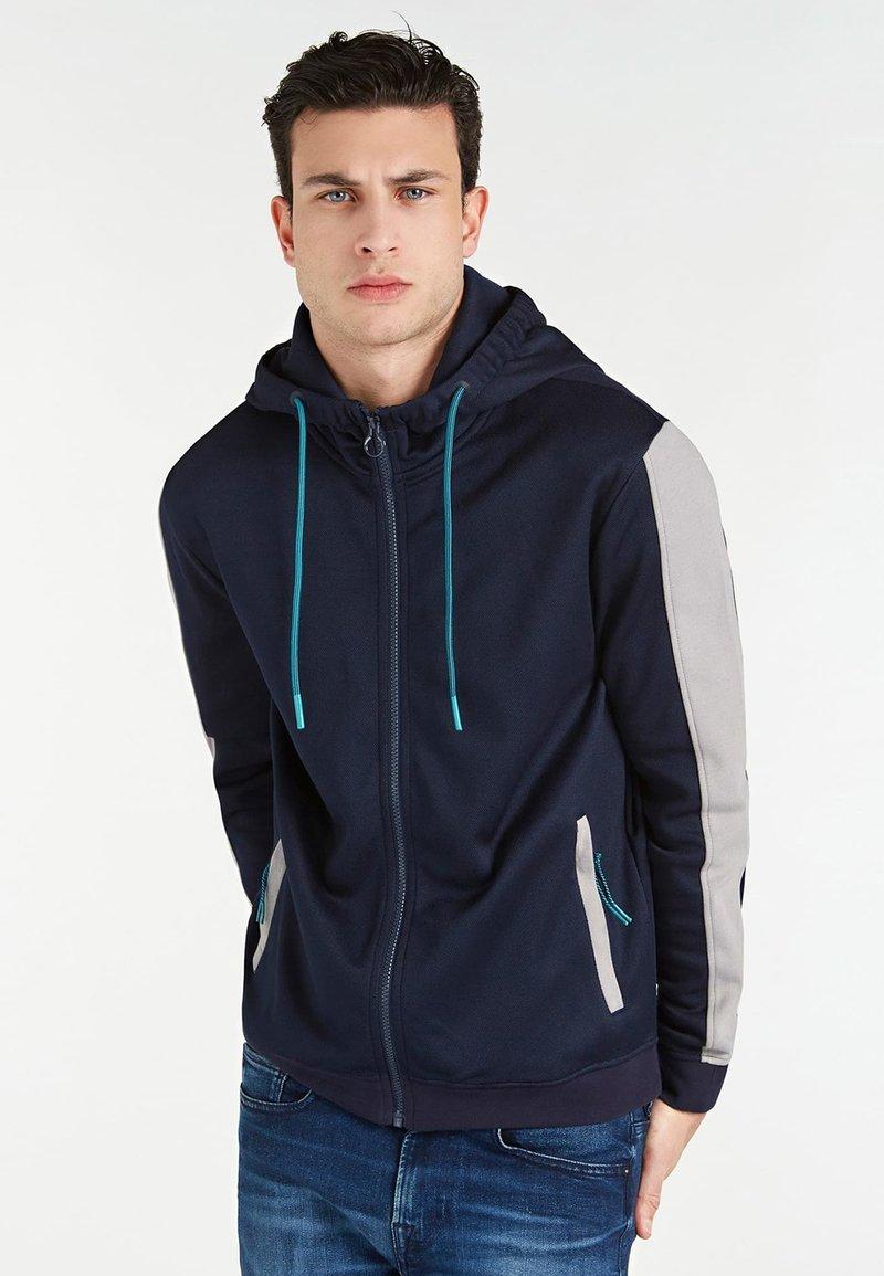 Guess - MIT LOGO HINTEN - veste en sweat zippée - blau
