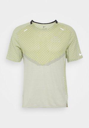RUN - T-shirt med print - black/lemon twist/iris whisper