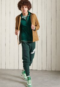 Superdry - Tracksuit bottoms - pine - 0