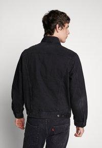 Levi's® - VINTAGE FIT TRUCKER UNISEX - Denim jacket - black trucker - 4
