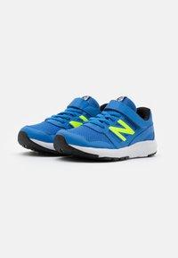 New Balance - YT570BK UNISEX - Zapatillas de running neutras - blue/lime - 1
