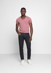 Tommy Jeans - BASIC VNECK TEE SLIM FIT - T-shirt print - wine red - 1