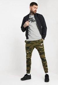 Nike Sportswear - TEE JUST DO IT - T-shirt print - grey heather - 1