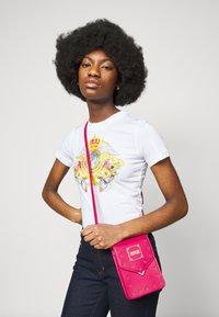Versace Jeans Couture - STUDS REVOLUTION CROSSBODY - Kabelka - fuxia - 0