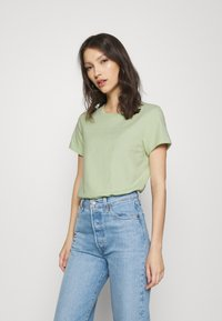 Levi's® - THE PERFECT TEE BATWING OUTLINE BOK CHOY - Printtipaita - greens - 0