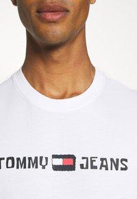 Tommy Jeans - ABO TJU X SPONGEBOB TEE UNISEX - T-Shirt print - ivory - 5