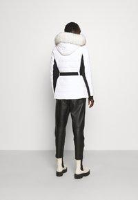 MICHAEL Michael Kors - COLOR BLOCKED BELTED PUFFER COAT - Winter jacket - white/black - 2