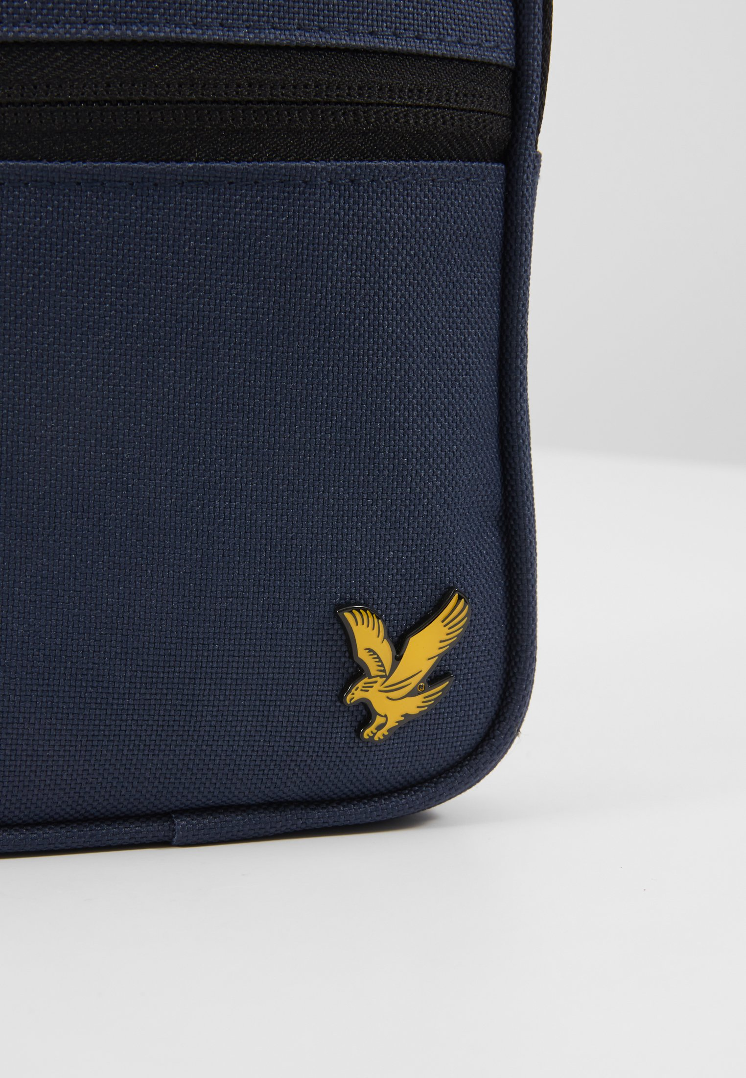 Lyle & Scott MINI MESSENGER Axelremsväska navy Zalando.se