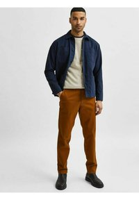 Selected Homme - SLHSLIM MILES FLEX PANTS - Chinos - monks robe - 1