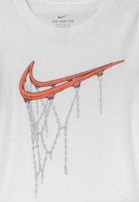 Nike Sportswear - HOOP  - Triko spotiskem - white - 2