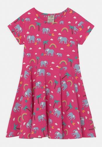 SPRING SKATER RAINBOW ELEPHANTS - Žerzejové šaty - deep pink
