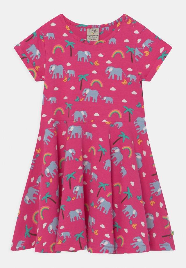 SPRING SKATER RAINBOW ELEPHANTS - Vestito di maglina - deep pink