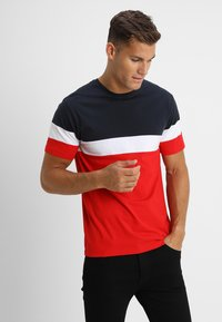 Only & Sons - ONSBAILEY  - T-Shirt print - dark navy/racing red - 0
