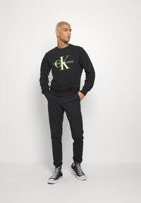 Calvin Klein Jeans - MONOGRAM CREW NECK - Felpa - black - 1