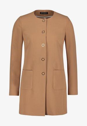 MIT AUFGESETZTEN TASCHEN - Short coat - beige