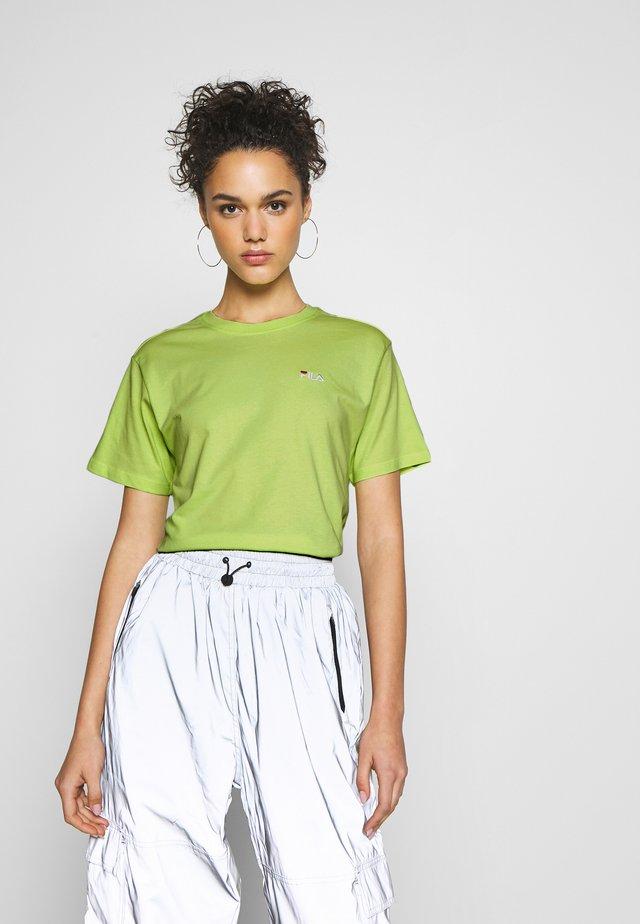 EARA TEE - Jednoduché triko - sharp green