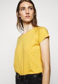 CLOSED - WOMEN´S - Basic T-shirt - butterscotch - 3