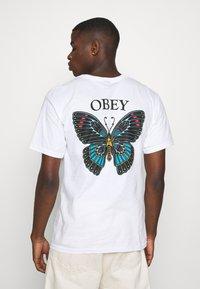 Obey Clothing - BUTTERFLY - Triko spotiskem - white - 2