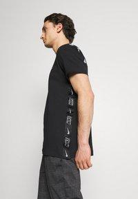 Nike Sportswear - T-shirt med print - black/white - 3