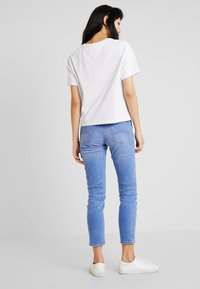 Tommy Jeans - BADGE TEE - T-shirt - bas - classic white - 2