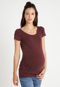 Zalando Essentials Maternity - T-shirt z nadrukiem - winetasting/offwhite - 0
