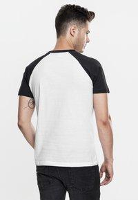 Urban Classics - RAGLAN CONTRAST  - T-shirts print - white/black - 1