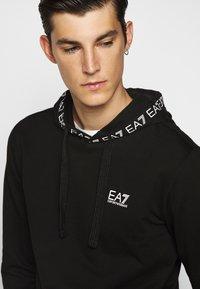 EA7 Emporio Armani - HOODIE COLLAR LOGO - Bluza z kapturem - black - 5