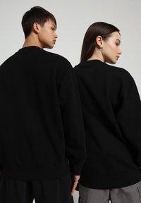 Napapijri - B-PATCH CREW - Sweatshirt - black - 3