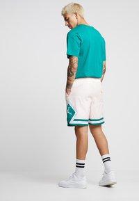 Jordan - DIAMOND POOLSIDE  - Shorts - crimson tint/mystic green/white - 2