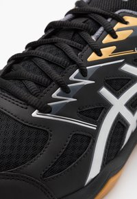ASICS - UPCOURT 4 - Handball shoes - black/pure silver - 5