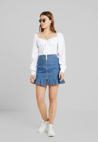 NA-KD - ADORABLE CARO CUP BLOUSE - Pusero - white - 1