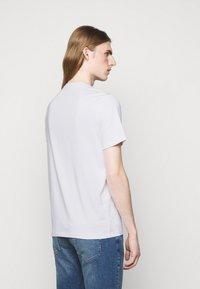 Michael Kors - BLOCK LOGO TEE - Print T-shirt - white - 2
