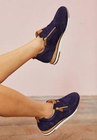 Gabor - Sneakers laag - bluette/cognac - 5