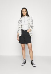 Noisy May - NMLUCKY LONGBOARDER - Shorts di jeans - black - 1