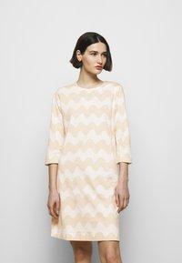 Marimekko - CLASSICS RIIPPUMATON PIKKUINEN LOKKI DRESS - Jersey dress - white/beige - 0