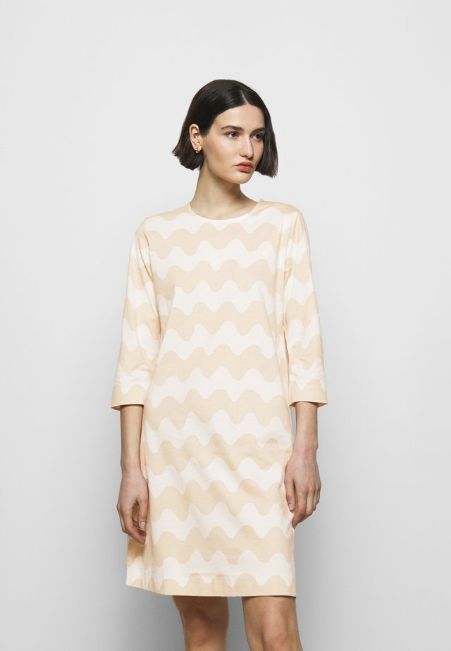 CLASSICS RIIPPUMATON PIKKUINEN LOKKI DRESS - Jerseykjoler - white/beige