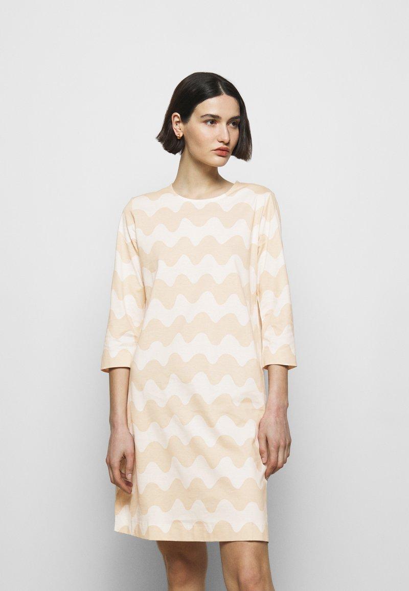 Marimekko - CLASSICS RIIPPUMATON PIKKUINEN LOKKI DRESS - Jersey dress - white/beige
