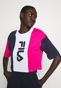 Fila Tall - CROPPED TEE - Print T-shirt - pink yarrow/black iris/bright white - 3