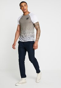 Burton Menswear London - ICONIC TAPED RAGLAN - Triko spotiskem - khaki - 1