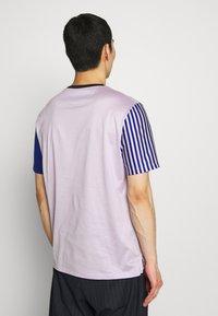 Paul Smith - GENTS OVERSIZE STRIPED SLEEVE - T-shirt imprimé - lila - 2