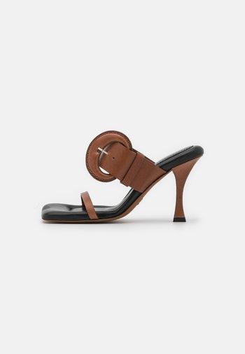 BUCKLE SQUARE PADDED - Pantofle na podpatku - brown