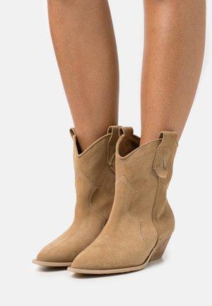 SOMEBODY ELSE - Cowboy/biker ankle boot - brown