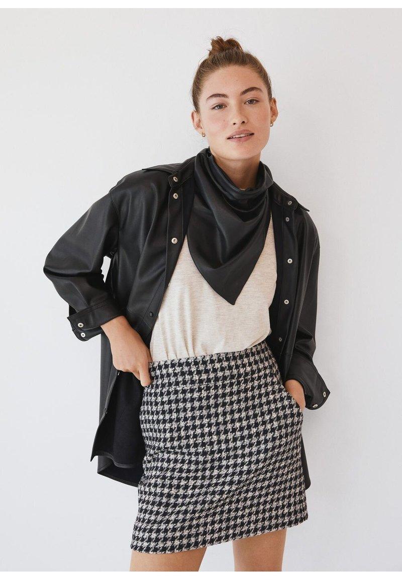 Mango - KOHOPINTAINEN GINGHAM-KUVIOINEN - Mini skirt - black
