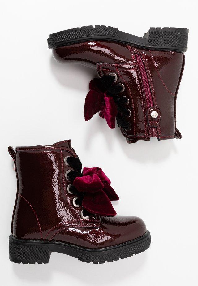 Šněrovací kotníkové boty - burgundy