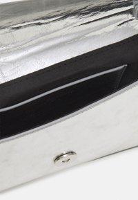 PARFOIS - CROSSBODY BAG NURIA - Across body bag - silver - 2