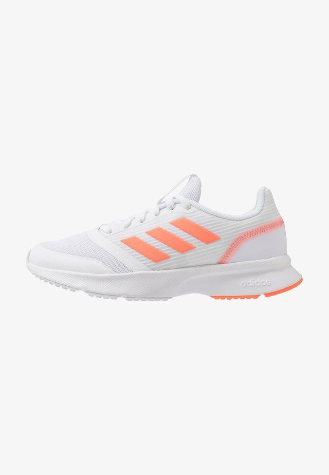 NOVA FLOW - Hardloopschoenen neutraal - footwear white/signal coral