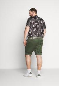 TOM TAILOR MEN PLUS - BERMUDA - Shorts - green - 2