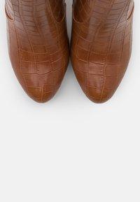 Buffalo - MARIE - Højhælede støvler - cognac - 5
